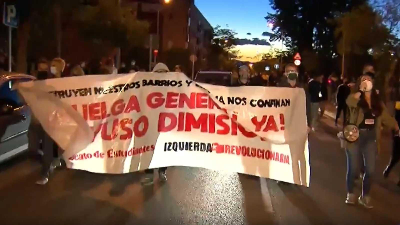 Manifestación en Vallecas para protestar por las cargas policiales y contra las restricciones en el sur de Madrid