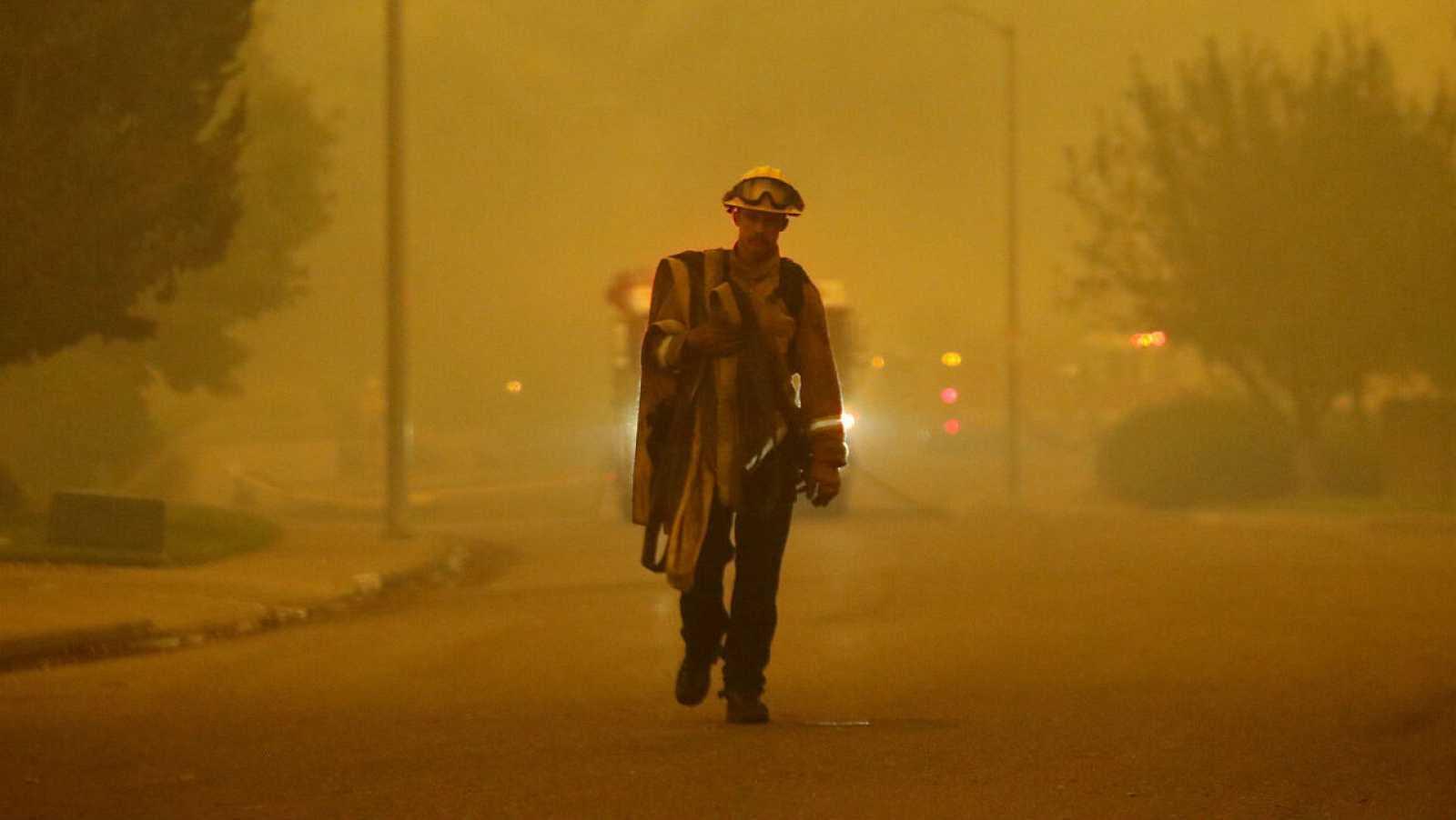 Los fuertes vientos avivan los incendios en California y dejan al menos 25  fallecidos y miles de evacuados