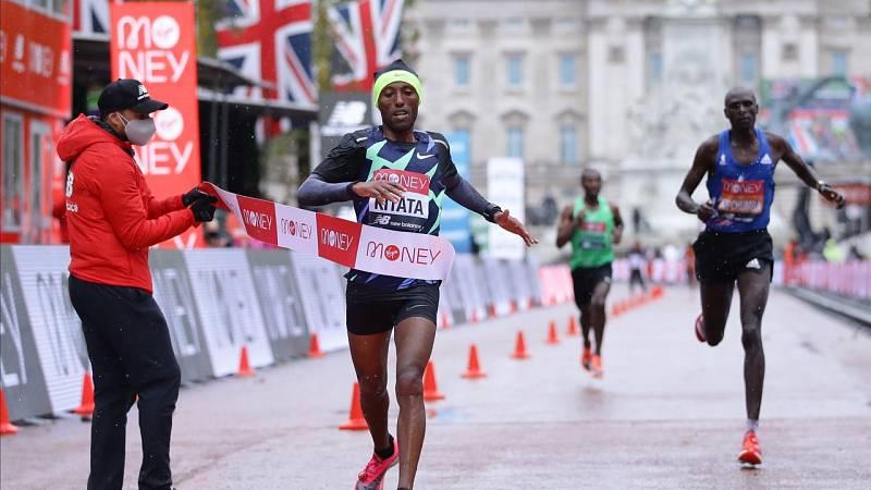 Kipchoge se hunde en el diluvio y el etíope Kitata gana el Maratón de Londres