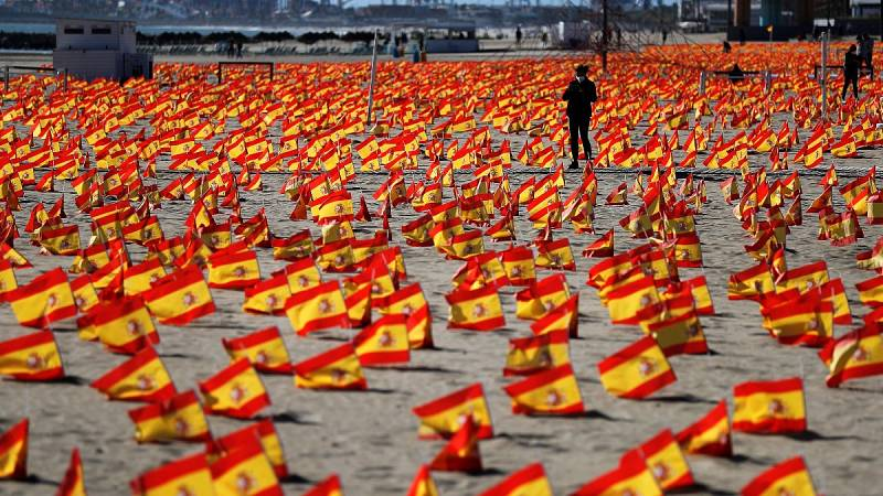"""La playa Patacona de Valencia amanece con 53.000 banderas de España """"en homenaje a los fallecidos por la pandemia"""