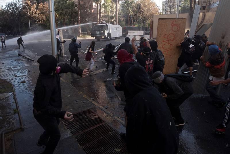 Las protestas se recrudecen en Chile después de que un policía lanzara a un menor al río en una manifestación