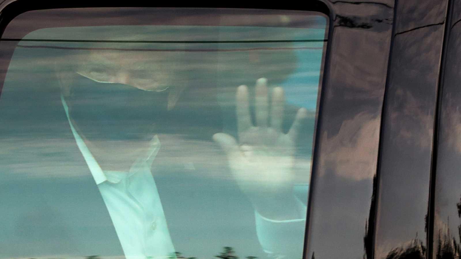 """Trump sale del hospital momentáneamente para saludar a sus simpatizantes: """"Estoy aprendiendo mucho sobre la COVID"""""""