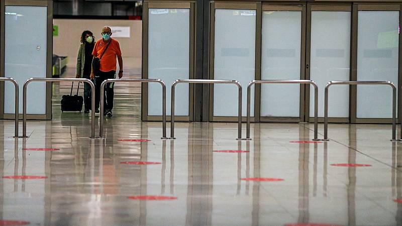 La Policía realiza controles aleatorios en la aeropuerto de Barajas tras las restricciones por coronavirus
