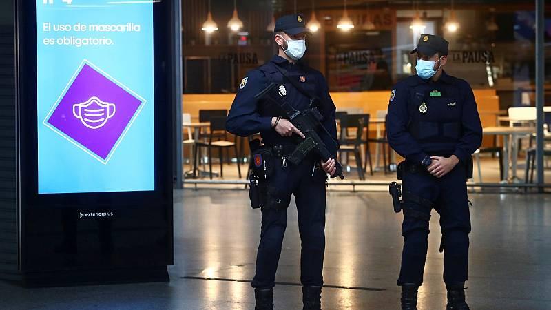 Controles policiales en el metro de Madrid durante el primer día laborable tras las restricciones
