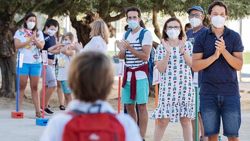 """Los docentes, """"optimistas"""" tras el primer mes en las aulas durante la pandemia"""