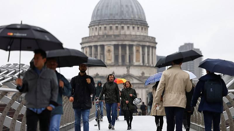 Crecen los contagios en Reino Unido, cierres en Moscú y Nueva York
