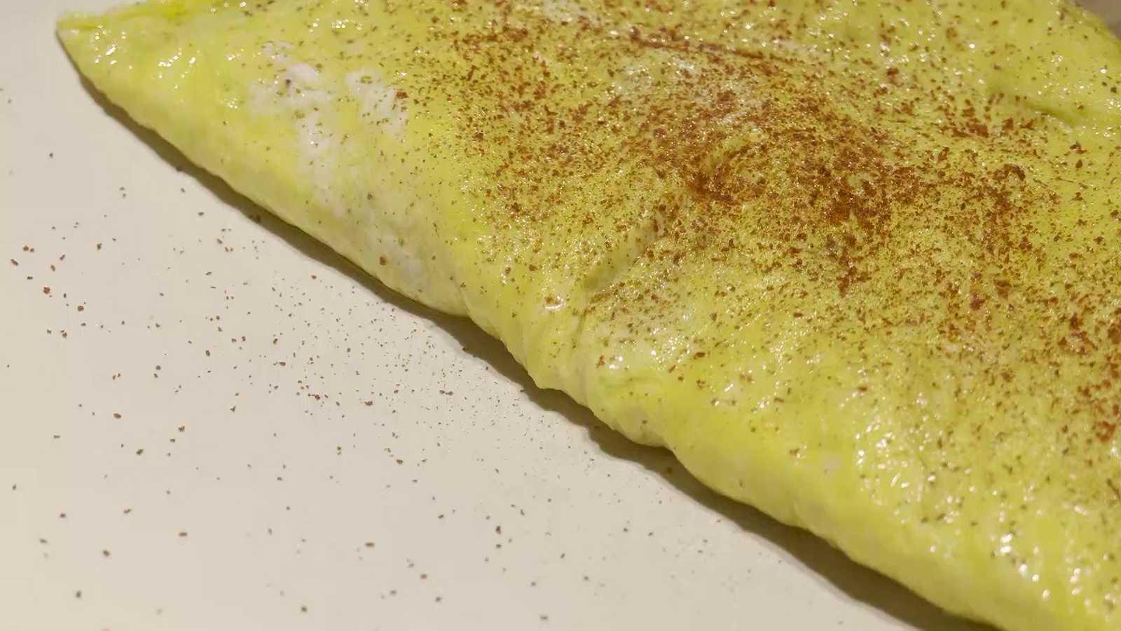 Un menú gourmet con cebolla y huevos