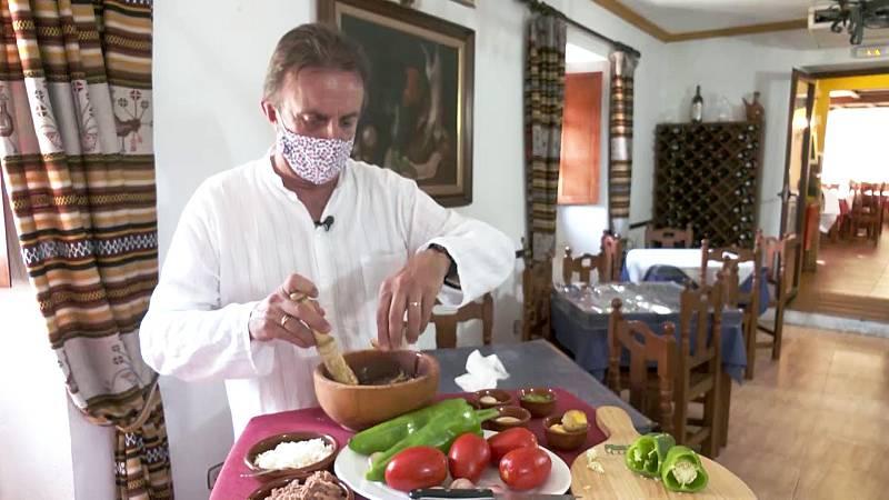 Santi Rodríguez cocina la auténtica pipirrana