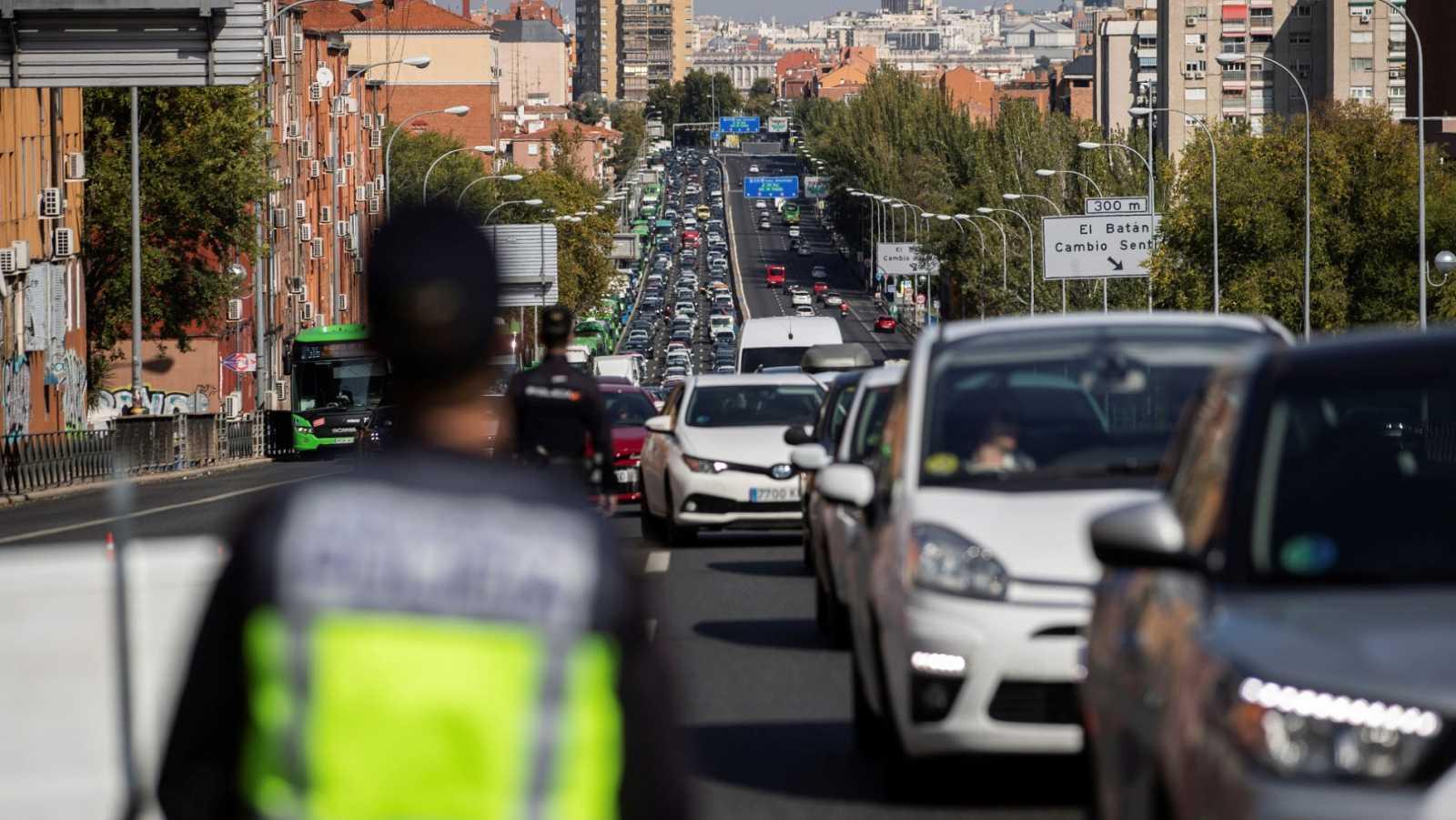 Controles en las salidas de Madrid y en las estaciones vigilan el cumplimiento de las restricciones a la movilidad