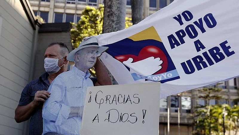 La puesta en libertad del expresidente Álvaro Uribe divide a los colombianos