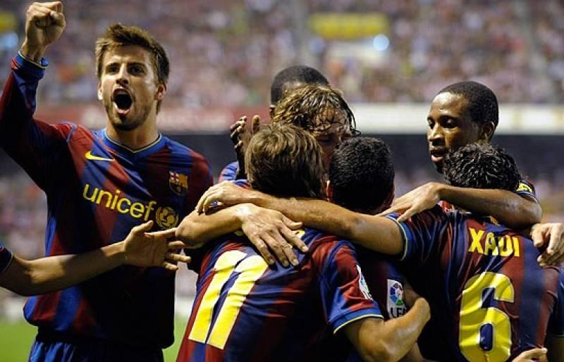 El FC Barcelona se impuso al Athletic en San Mamés y deja la eliminatoria encarrilada. De Marcos adelantó a los leones, pero Xavi y Pedro lograron dar la vuelta al marcador.