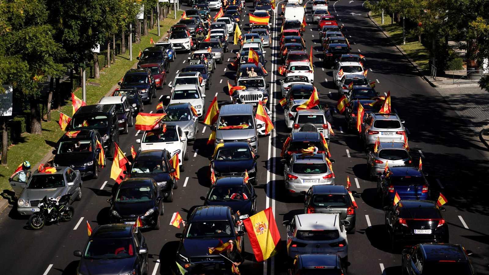 Cientos de coches marchan en Madrid y en otras ciudades convocados por Vox contra el estado de alarma y el Gobierno