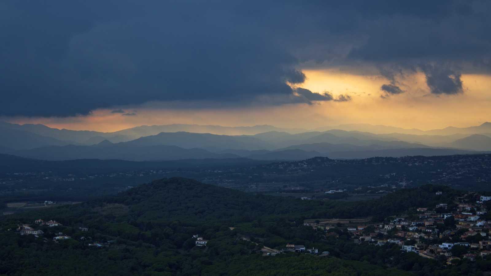 Chubascos y tormentas al final del día en el noreste de Cataluña - ver ahora