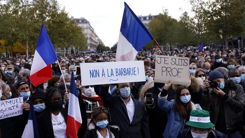 Miles de personas se concentran en Francia para rendir homenaje al profesor decapitado
