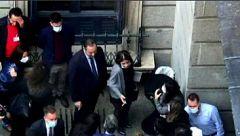 Ábalos pide perdón tras ser 'pillado' en el Congreso fumando sin guardar distancia de seguridad