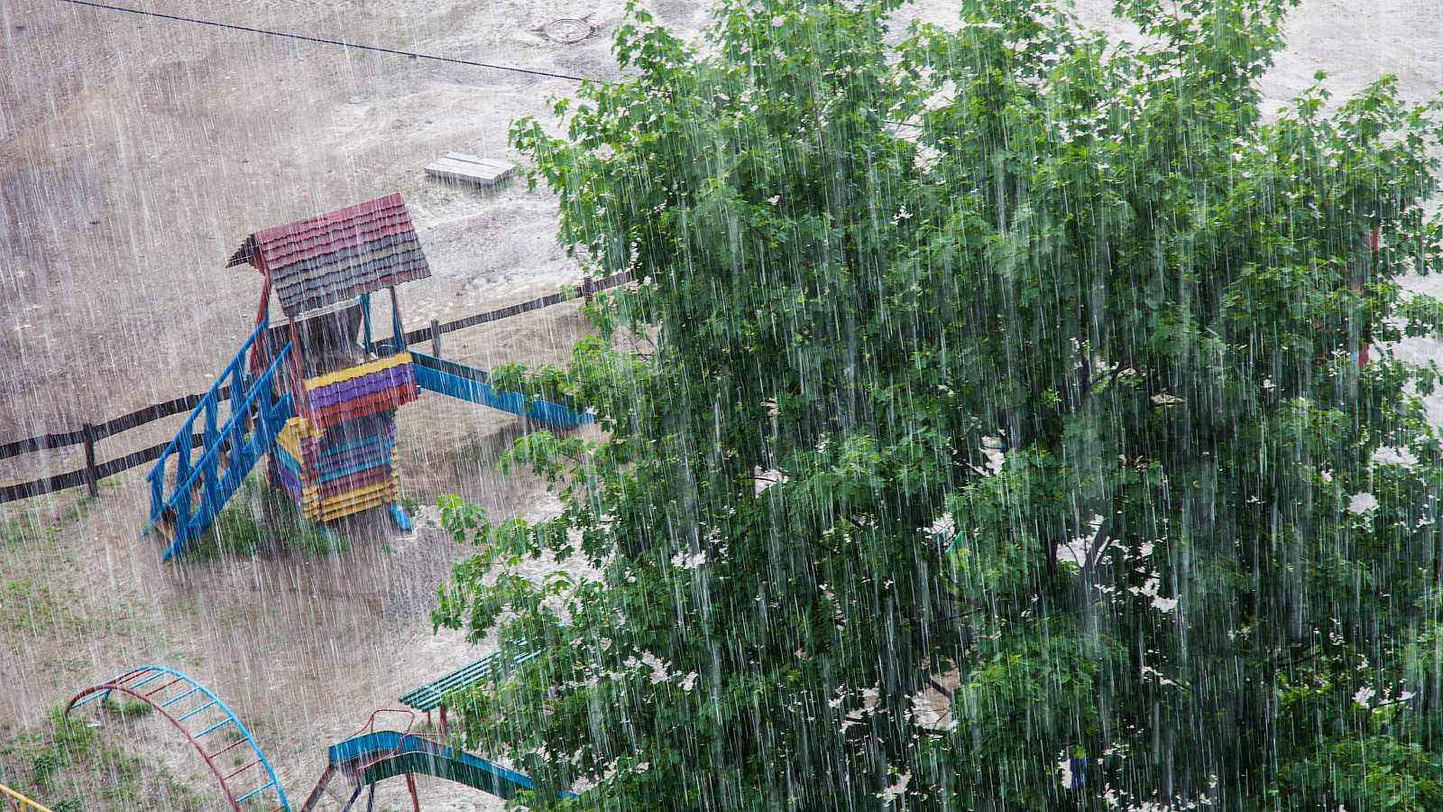 Arranca la semana con lluvia fuerte en norte y bajan temperaturas en Península y Baleares