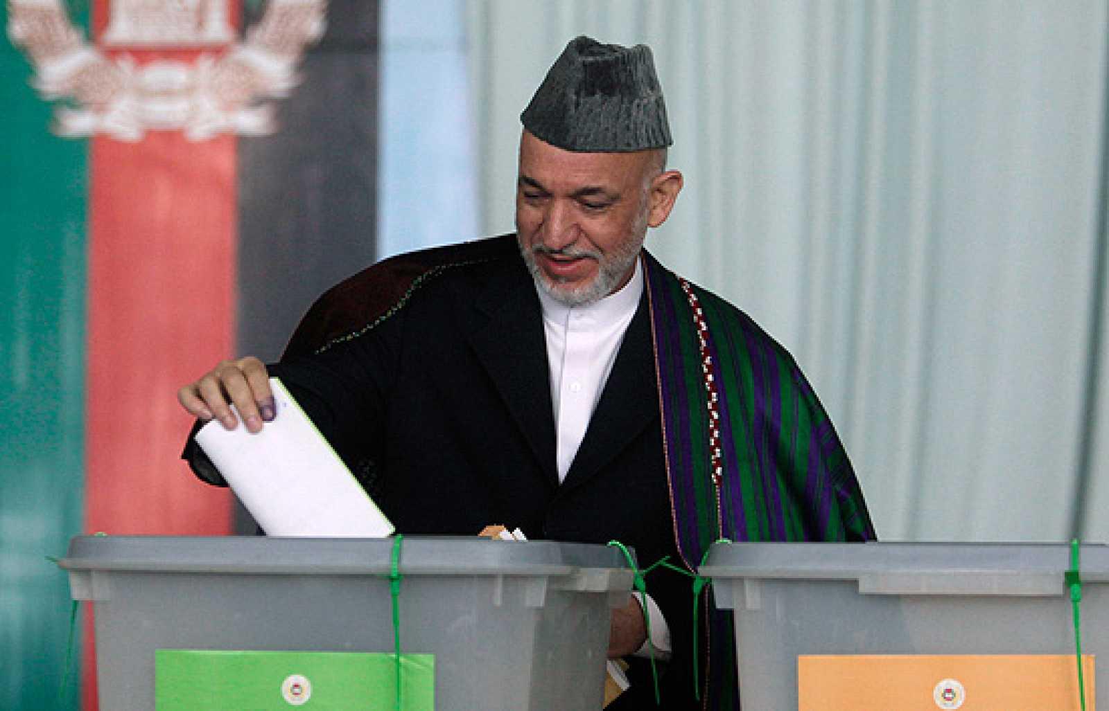 El presidente afgano, Hamid Karzai, ha sido este jueves el primero en votar.