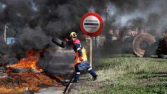 Decenas de empleados de Alcoa queman barricadas para reclamar una solución que garantice los puestos de trabajo