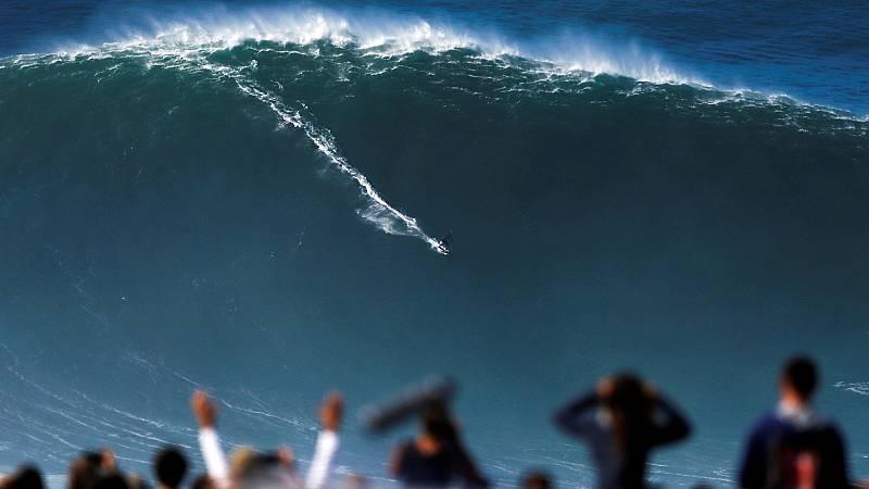 El huracán Epsilon deja olas de más de 20 metros en la costa cantábrica
