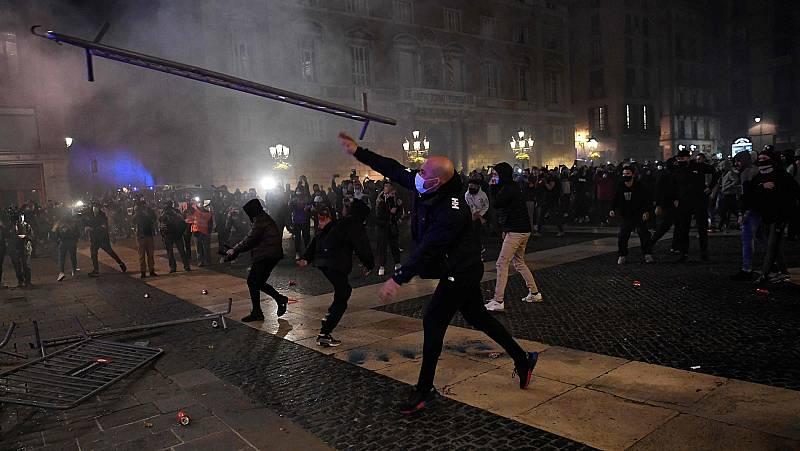 Disturbios en Barcelona tras una protesta contra las medidas de la Generalitat frente al coronavirus