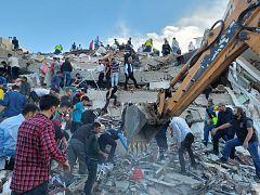 Un fuerte terremoto en el Egeo deja 19 muertos, 17 en Turquía, y más de 700 heridos