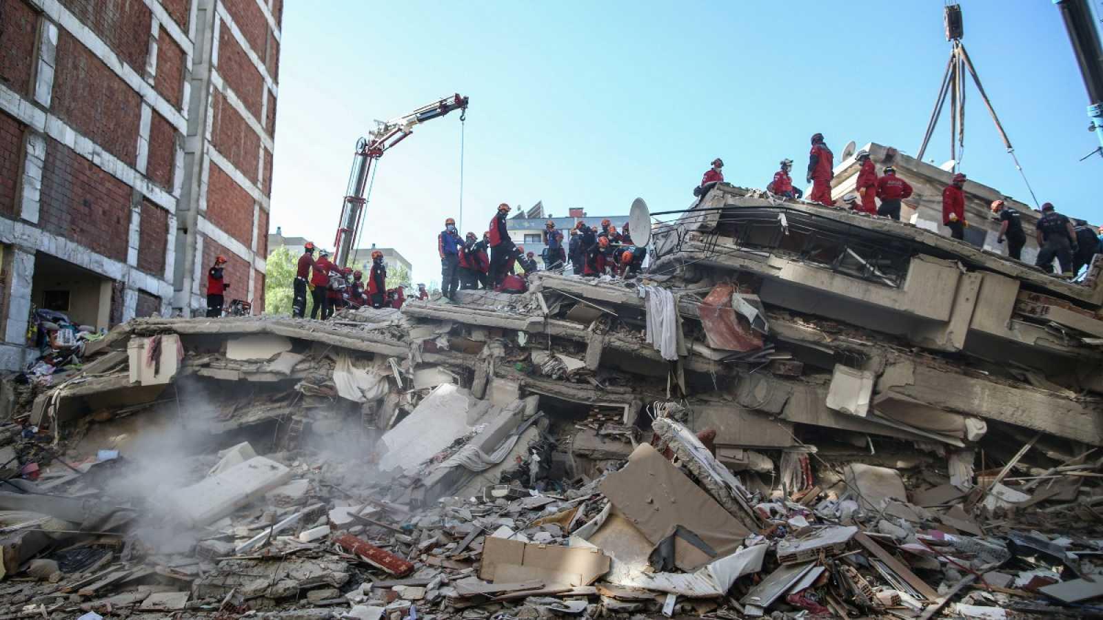 Buscan supervivientes tras el terremoto en Grecia y Turquía mientras se elevan los fallecidos