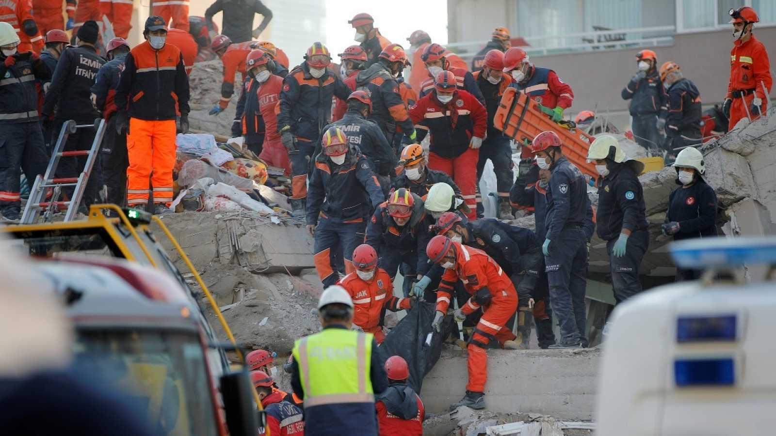 Continúan las tareas de rescate en Esmirna