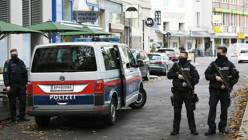 Ascienden a cuatro las víctimas en el atentado múltiple de Viena mientras se busca a un presunto atacante huido