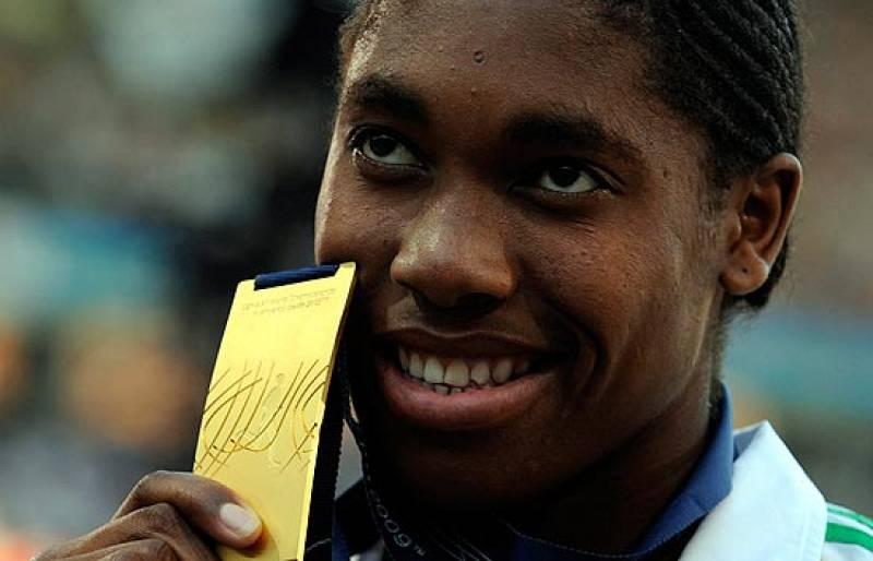 La atleta sudafricana Semenya, medalla de oro en los 800, se ha visto envuelta en una polémica acerca de su sexo. Su familia sale en su defensa y asegura que es mujer.