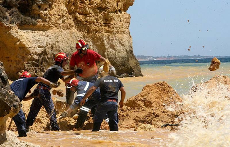 Tres muertos y dos heridos en un desprendimiento de rocas en una playa del Algarve.