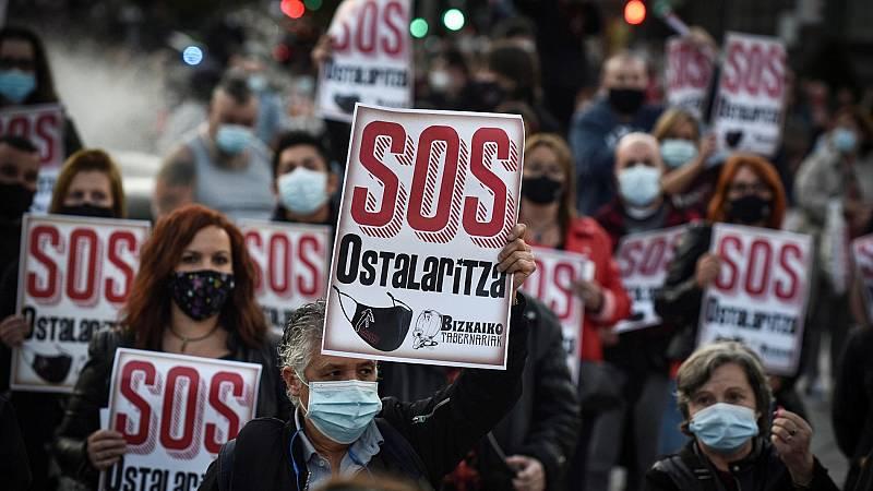 Los hosteleros protestan contra el cierre del sector y la falta de ayudas