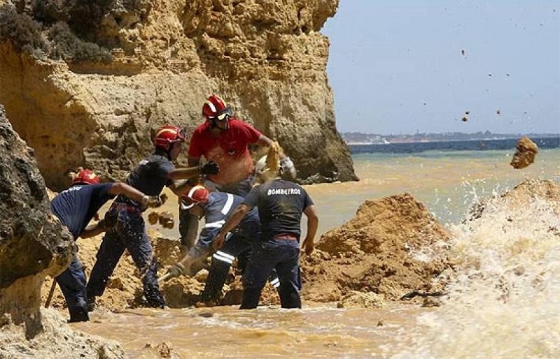 Cinco personas han muerto en el Algarve, en Portugal, al desprenderse unas rocas de la playa en la que estaban. Hay además 3 heridos y un desaparecido, todos de nacionalidad portuguesa.