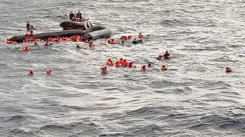 """El Open Arms busca puerto tras un rescate agónico con seis muertos: """"Está todo el mundo en shock"""""""