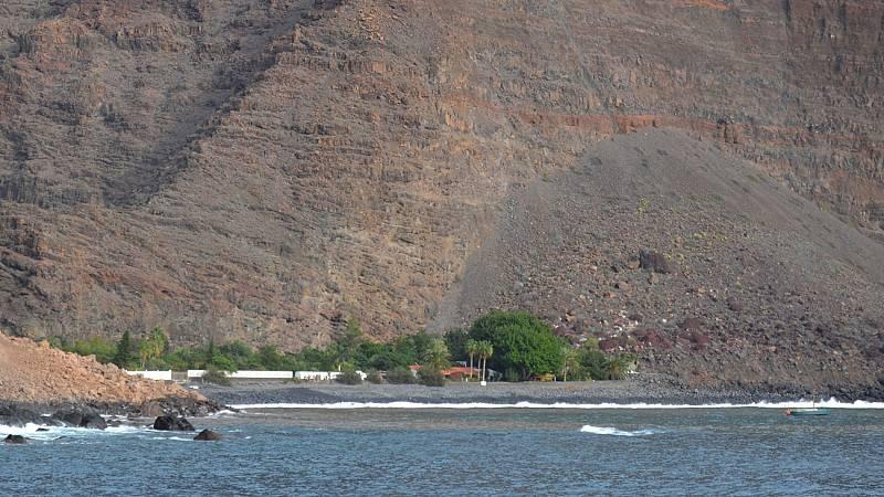 Los servicios de emergencia buscan a posibles víctimas tras el desprendimiento de un acantilado en La Gomera