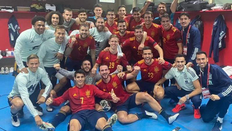 Los jugadores celebran en el vestuario la histórica goleada a Alemania