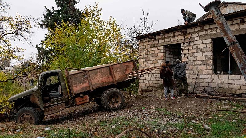 Los armenios queman sus casas al dejar Nagorno-Karabaj