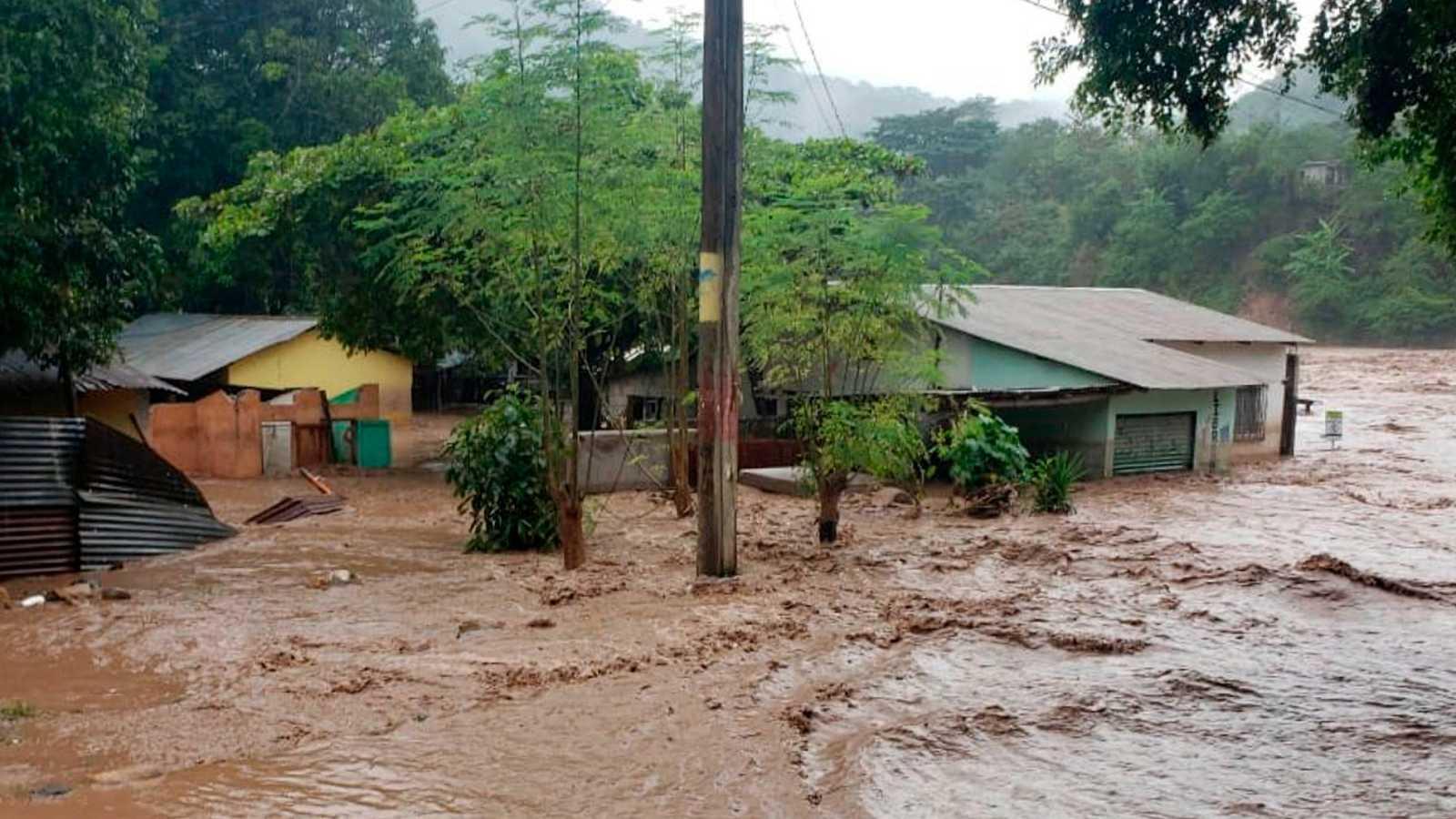 El paso de dos huracanes por Centroamérica y el Caribe deja decenas de muertos y cuantiosos daños materiales