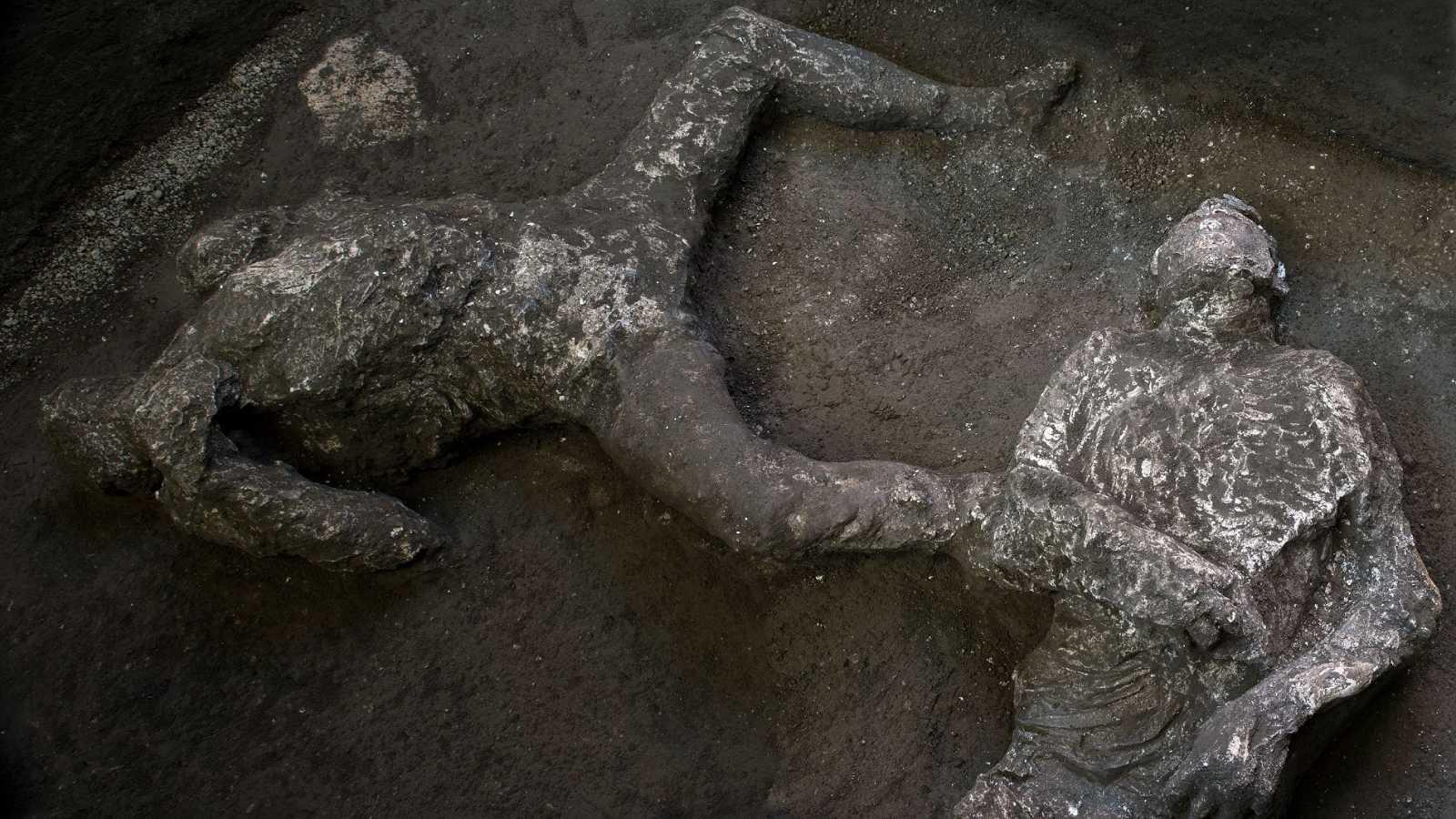 Hallan y reconstruyen en Pompeya los cuerpos de dos hombres con sus ropas