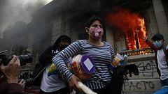 Cientos de manifestantes atacan y prenden fuego al Congreso de Guatemala