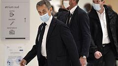 Sarkozy se sienta en el banquillo para ser juzgado por corrupción y tráfico de influencias