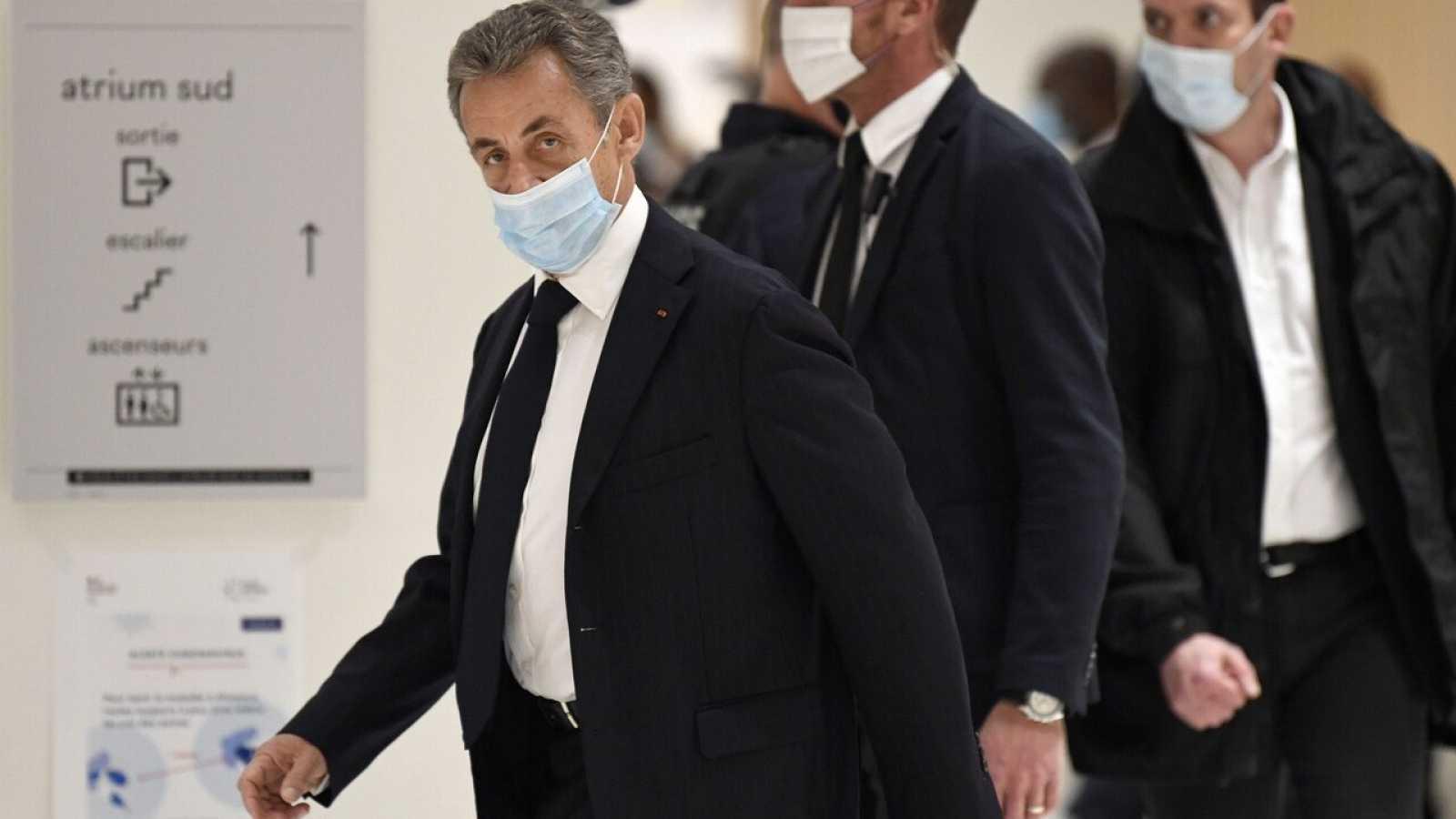 Francia: Sarkozy se sienta en el banquillo para ser juzgado por corrupción y tráfico de influencias