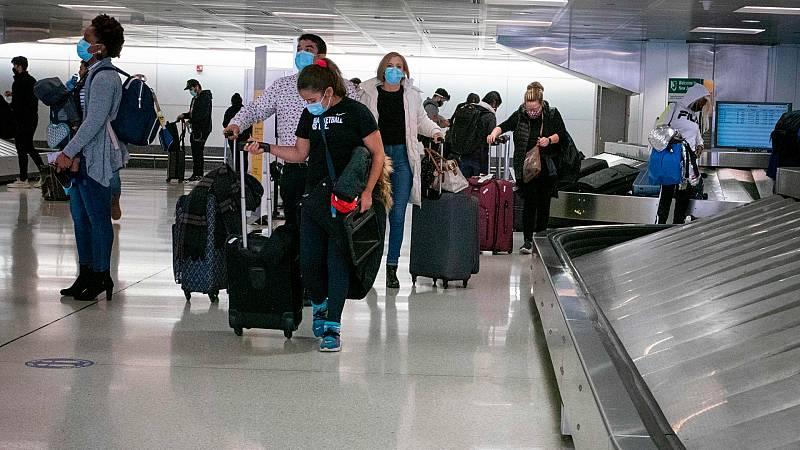 Las autoridades de EE.UU. recomiendan no viajar por Acción de Gracias por el repunte de casos de COVID-19
