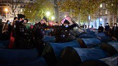 El violento desalojo de inmigrantes acampados en París levanta una oleada de críticas