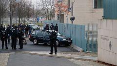 Detienen al conductor de un coche tras chocar contra la valla de la cancillería alemana en Berlín