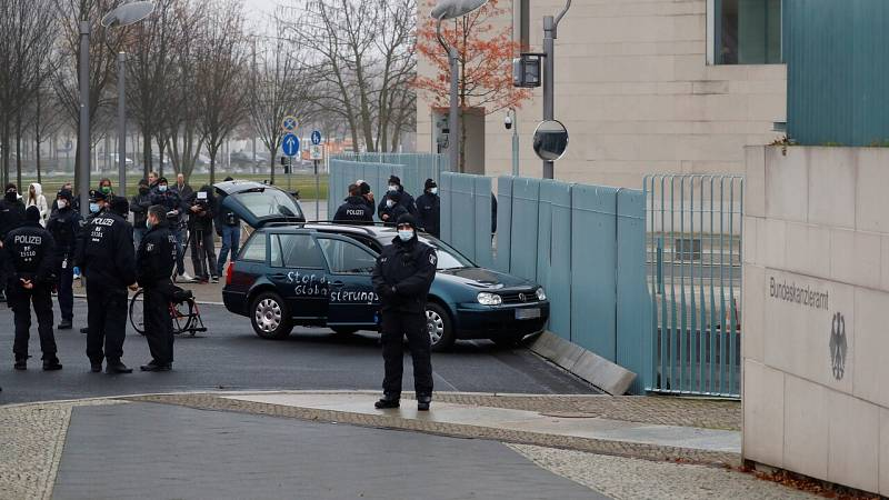 Un coche choca contra la valla de la cancillería en Berlín