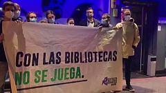 """Los jóvenes madrileños se reivindican: """"Queremos bibliotecas no casas de apuestas""""."""