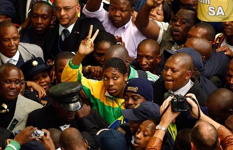 La campeona mundial de los 800 metros Caster Semenya ha regresado a Sudáfrica, donde ha sido recibida como una auténtica heroína.