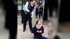 Polémica por la actuación de los Mossos, que redujeron a una joven con una pistola eléctrica en Sabadell
