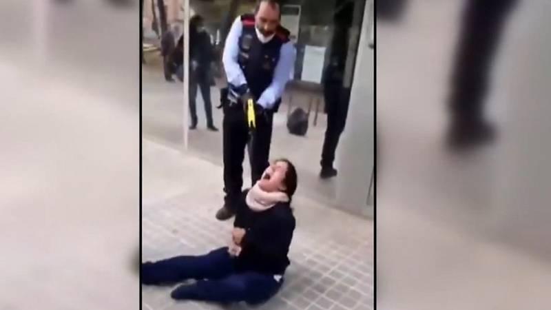 Polémica por la reducción de los Mossos a una joven con una pistola eléctrica en Sabadell