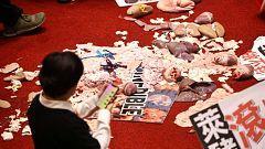 Diputados de Taiwán se lanzan vísceras de cerdo contra la importación de porcino de EE.UU.